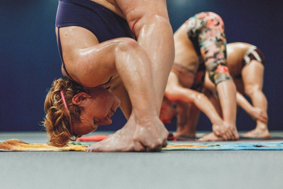 Почему болит голова после практики Бикрам йоги