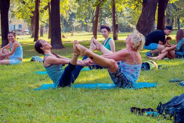«Пока ты спал». Йога в парках Петербурга.