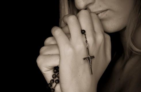девушка молится, молитва