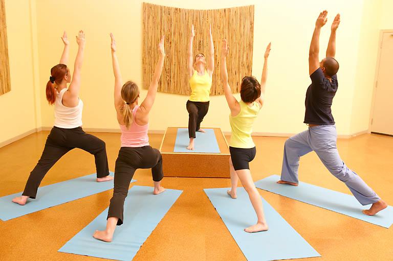 Занятие йоги, учитель ведет класс.