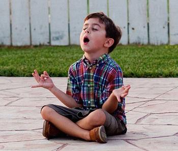 Мальчик медитирует.