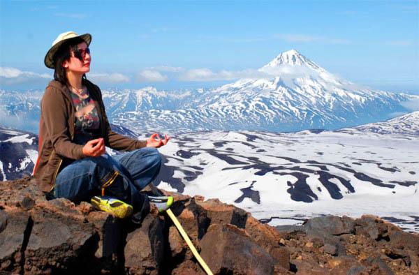 Девушка медитирует в горах.