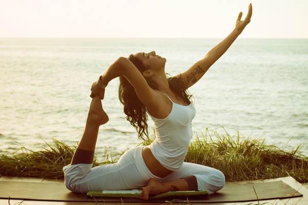Йога на берегу моря.