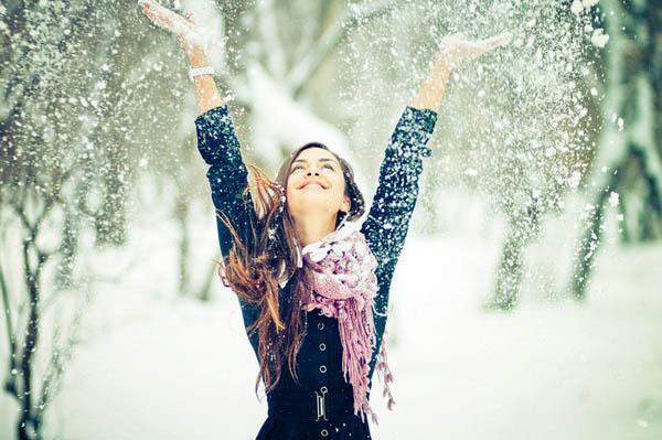 Девушка радуется снегу.