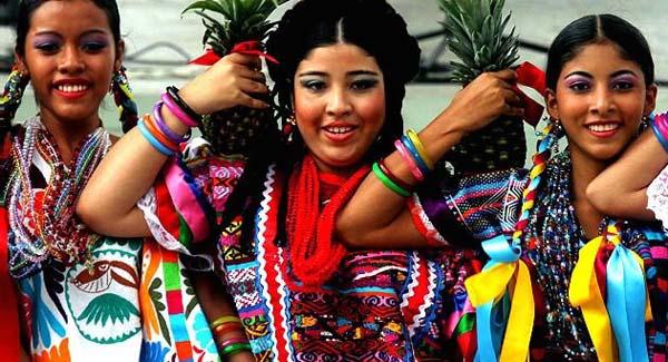 Мексиканки в национальных костюмах.