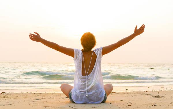 Я люблю жизнь, медитация на берегу моря.