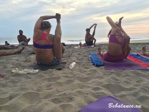 Йога на пляже.
